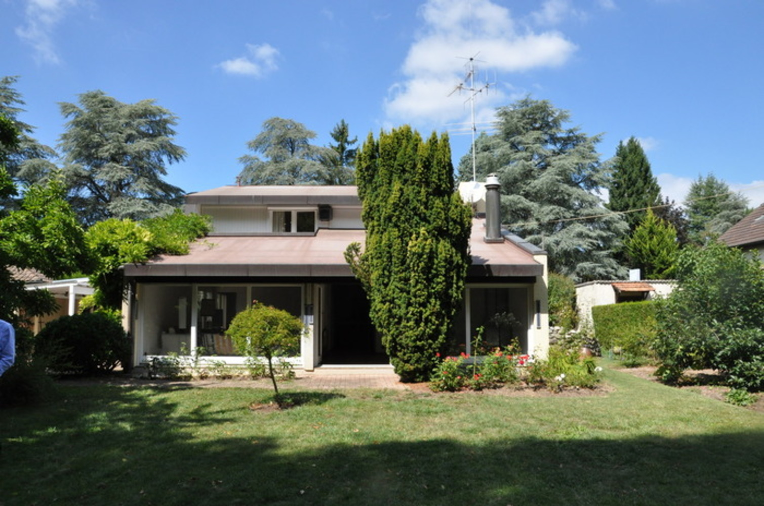 Maison d 39 architecte avec joli jardin arbor for Architecte jardin
